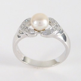 Stříbrný prsten s perlou a zirkony